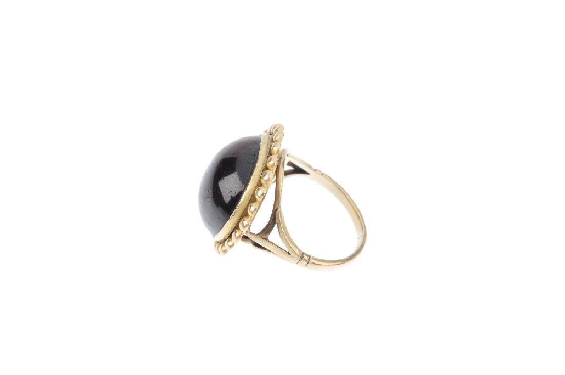 A garnet ring. The circular-shape cabochon, with - 2