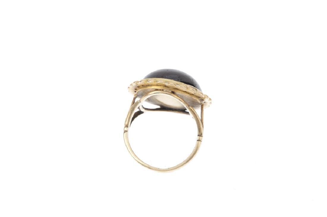 A garnet ring. The circular-shape cabochon, with - 3