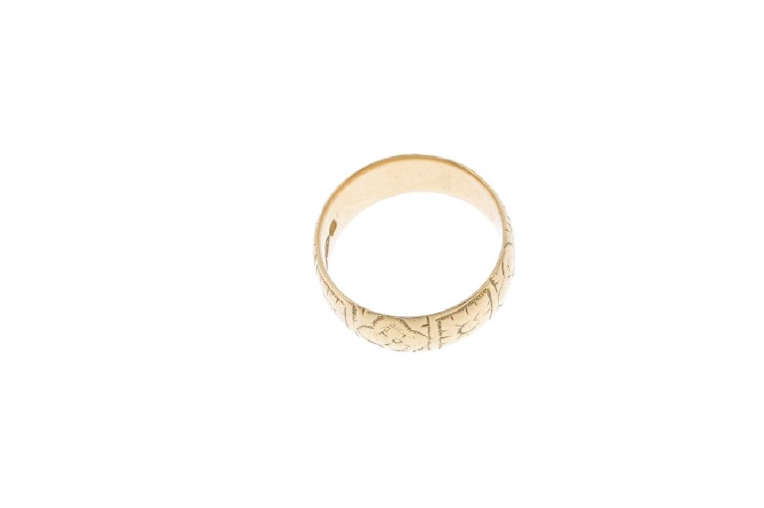 A late Victorian 18ct gold band ring. Engraved with a - 2