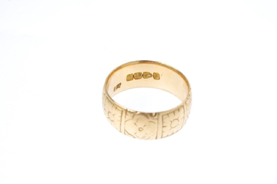 A late Victorian 18ct gold band ring. Engraved with a - 3