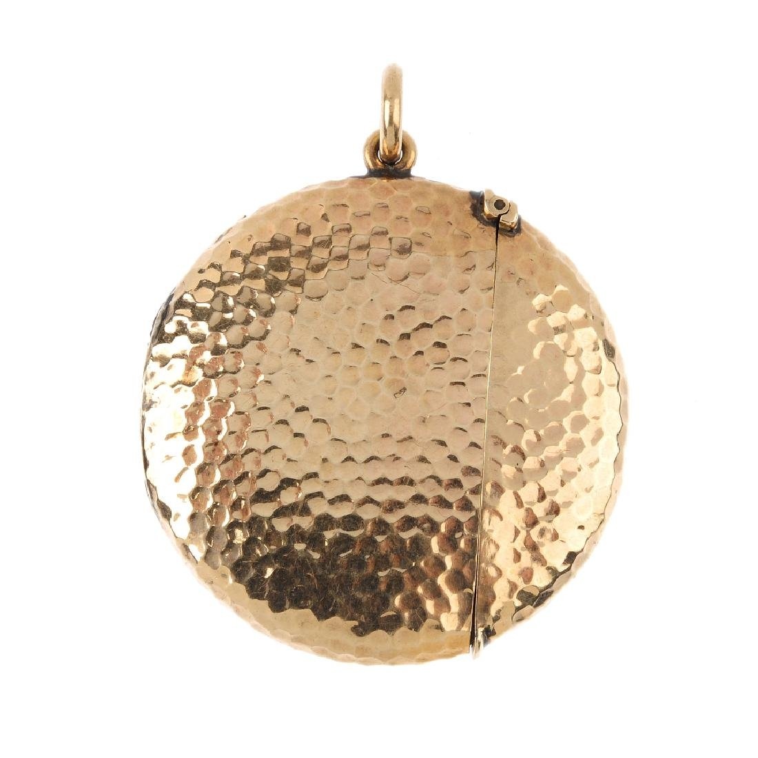 An Edwardian 9ct gold vesta case. Of circular outline,