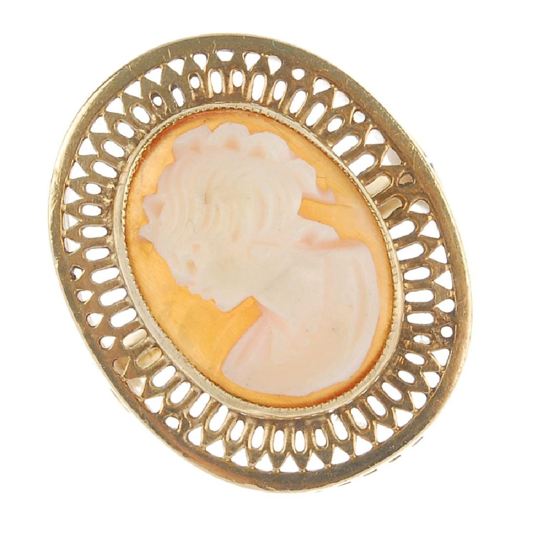 A cameo ring. Designed as an oval shell cameo depicting