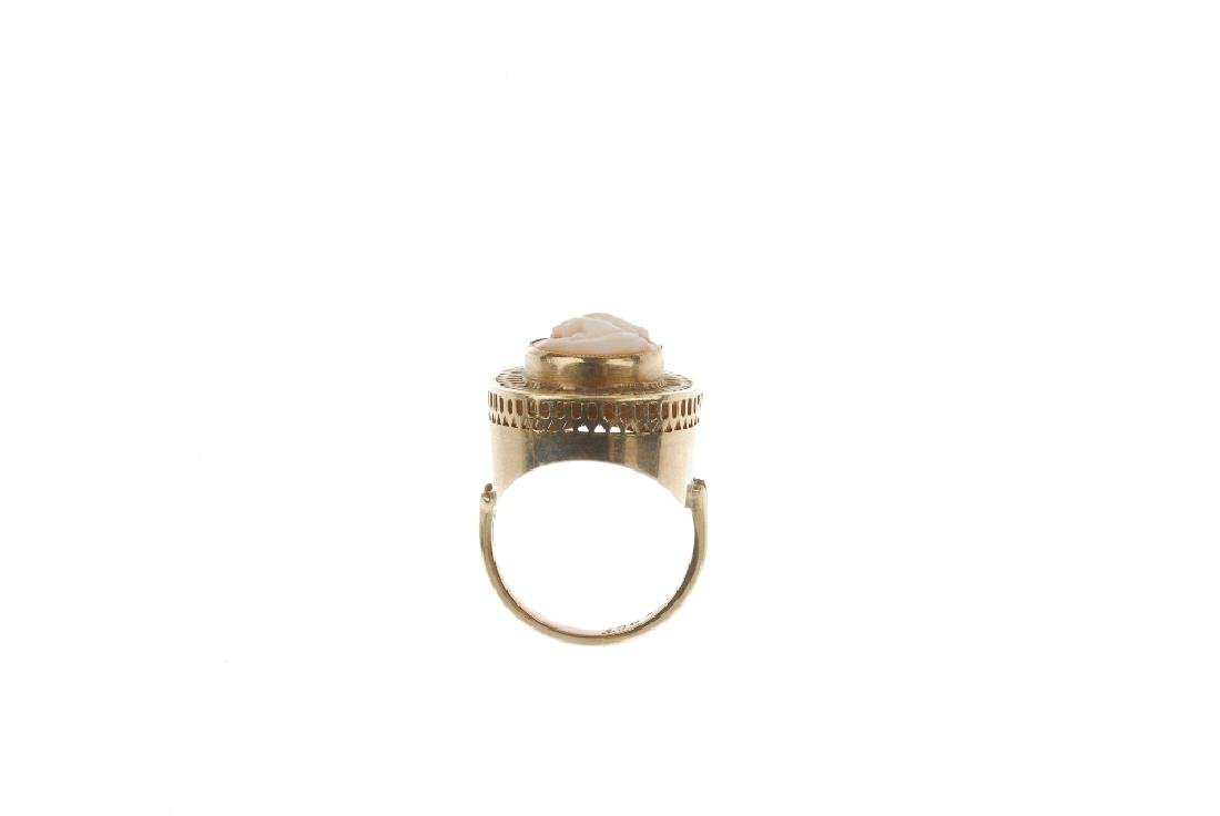 A cameo ring. Designed as an oval shell cameo depicting - 2