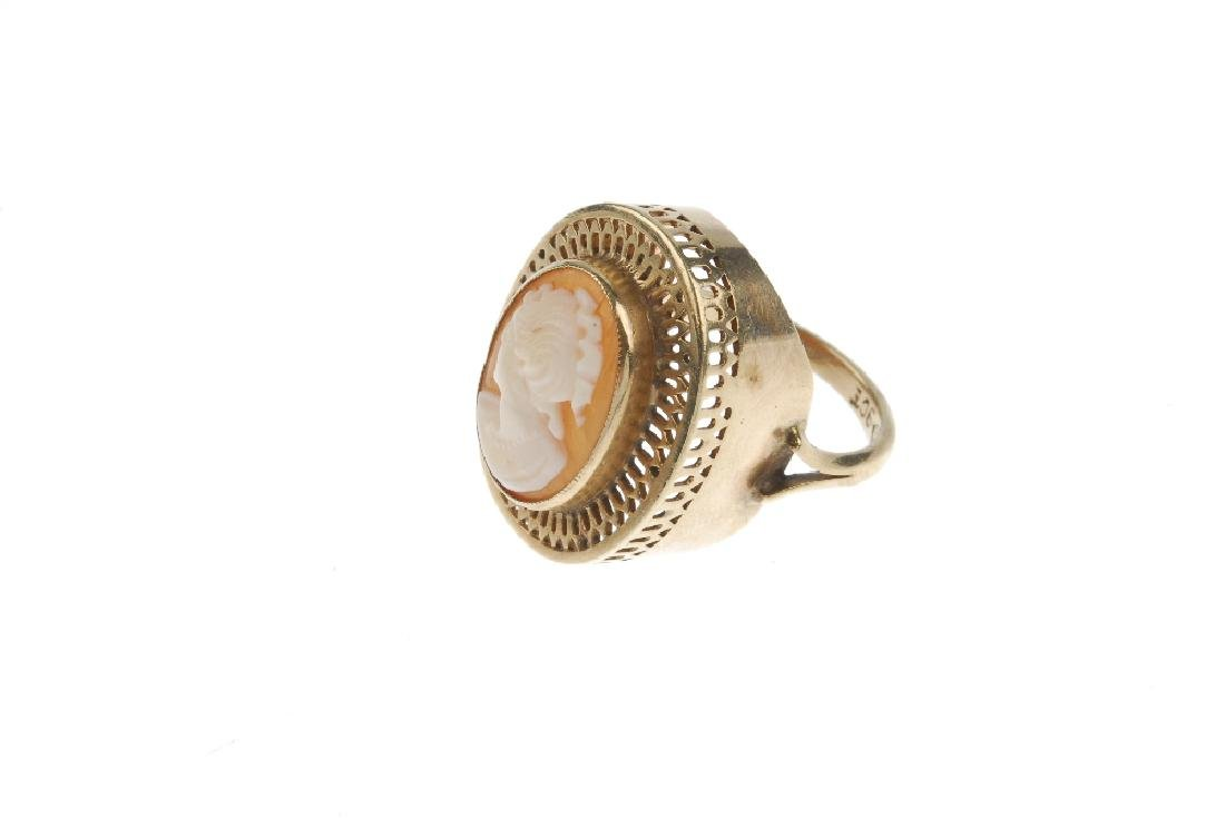 A cameo ring. Designed as an oval shell cameo depicting - 3