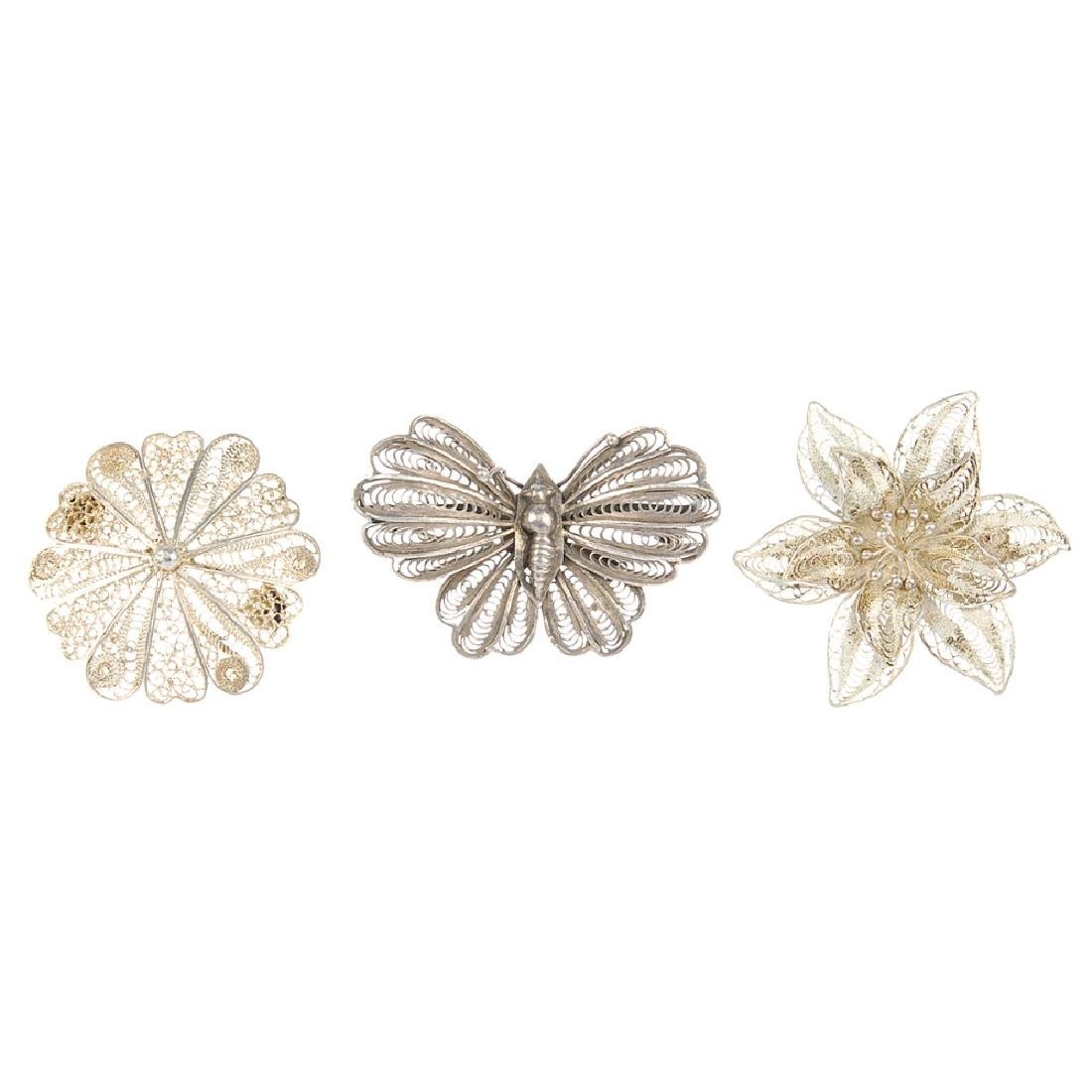 A selection of filigree jewellery. To include a brooch