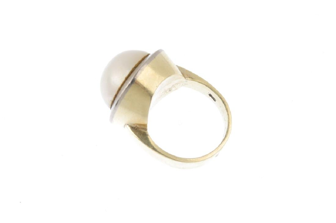 A mabe pearl dress ring. The circular mabe pearl, - 2
