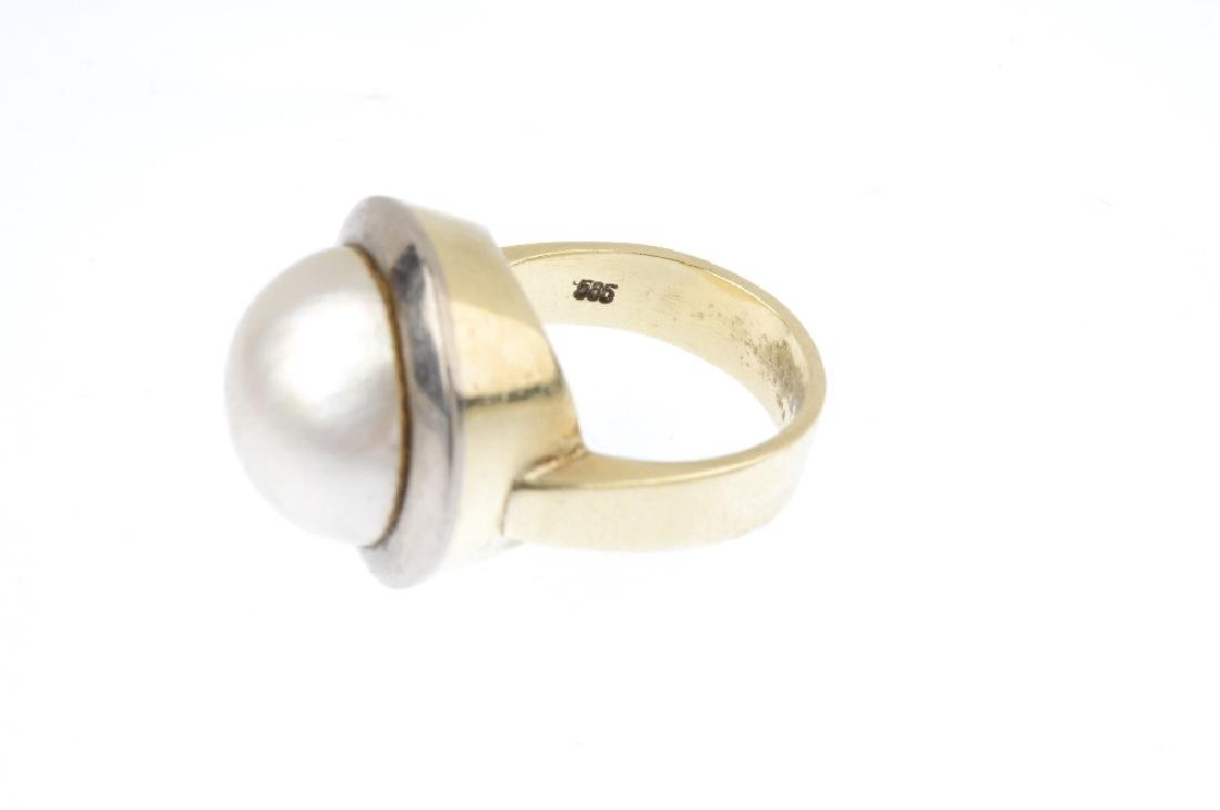 A mabe pearl dress ring. The circular mabe pearl, - 3