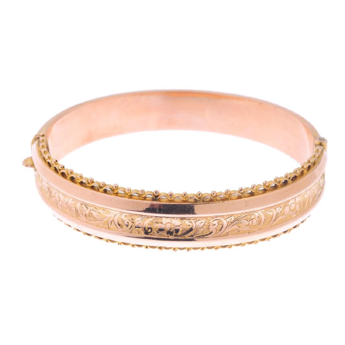 An early 20th century 9ct gold hinged bangle. The