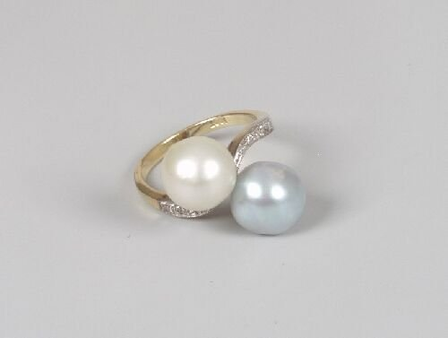 1014: 18ct gold two stone pearl crossover rin