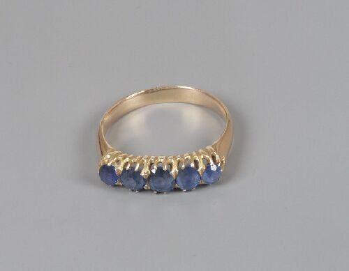 1018: Five stone sapphire ring, composed of s