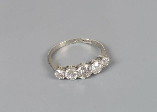 1020: Five stone diamond ring, composed of mi