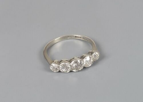 1020: Five stone diamond ring, composed of mi