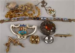 969: A small collection of jewellery to include a 9ct