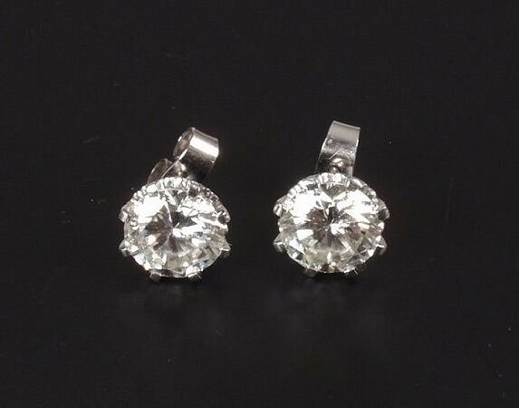 21: A pair of round brilliant diamonds each of approxim
