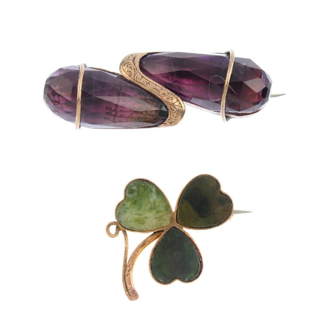 Four items of jewellery. To include a 9ct gold green
