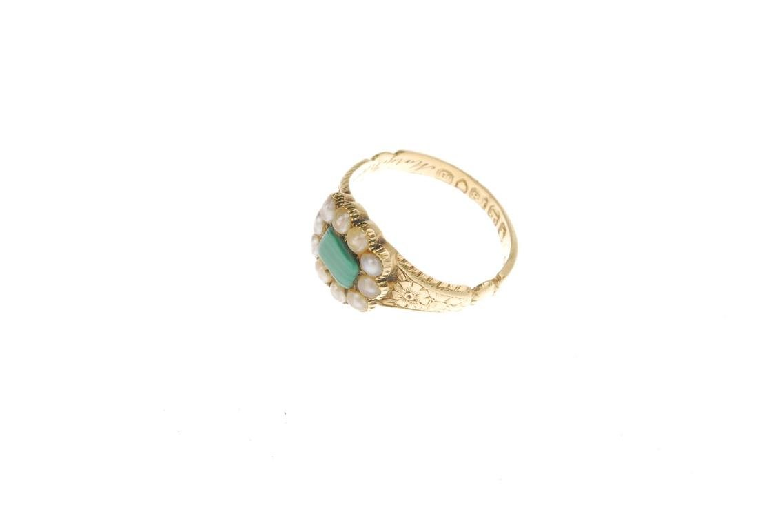 An early Victorian 18ct gold split pearl memorial ring. - 3