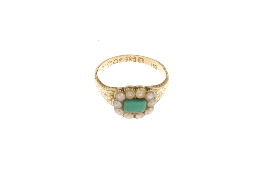 An early Victorian 18ct gold split pearl memorial ring. - 4