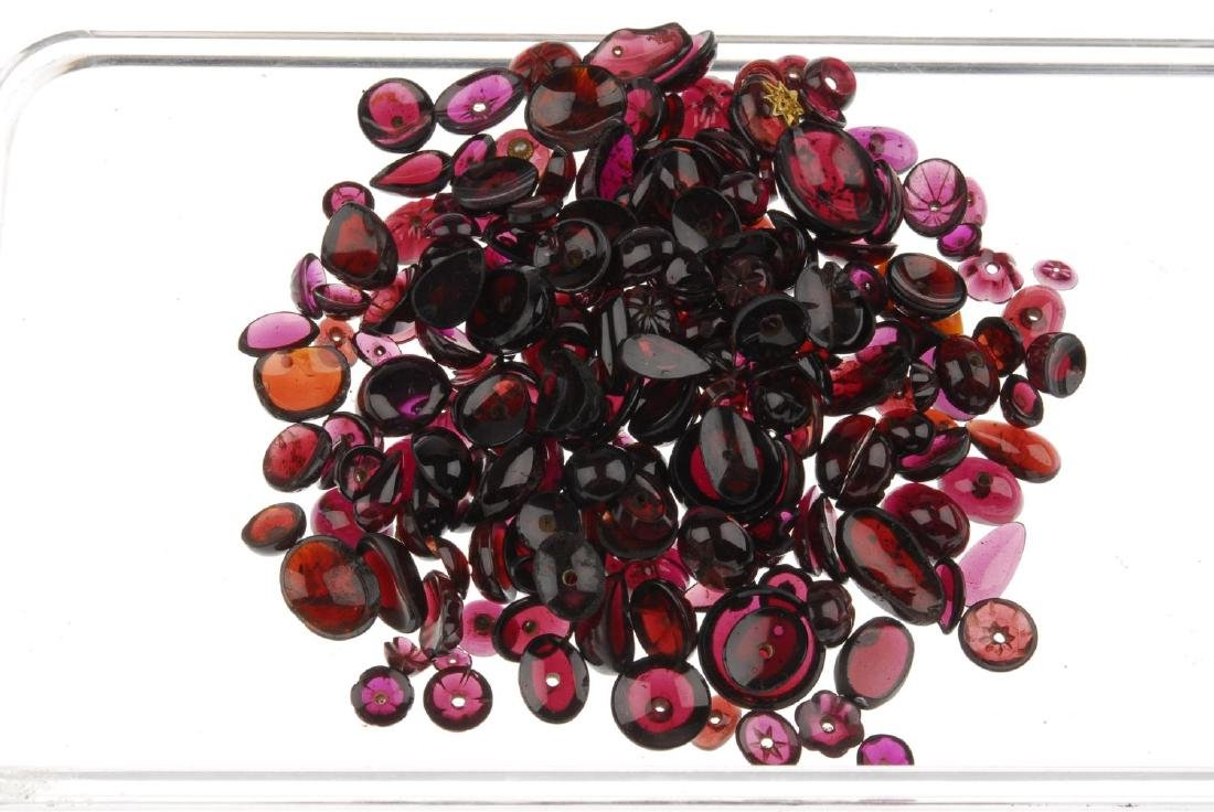 A selection of loose garnet cabochons, loose lapis - 3