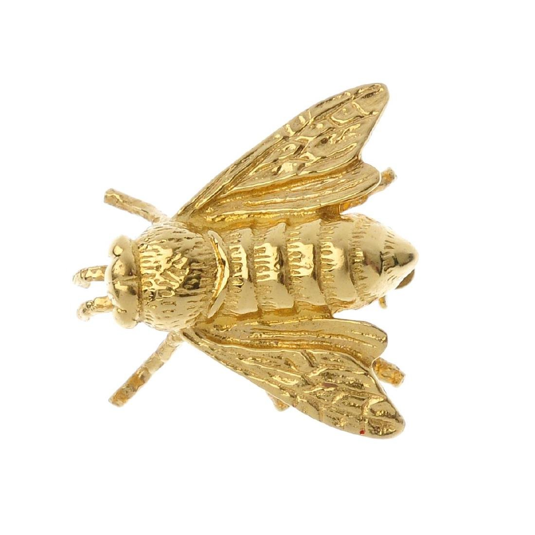 An 18ct gold brooch. Designed as a honey bee, with