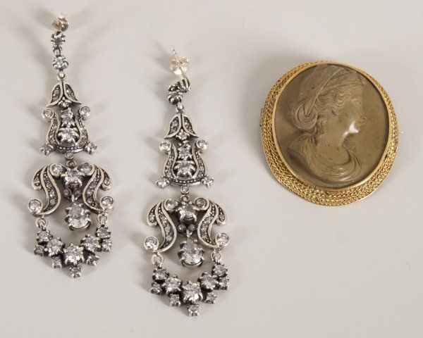 220: Two items of jewellery to include an oval mounted