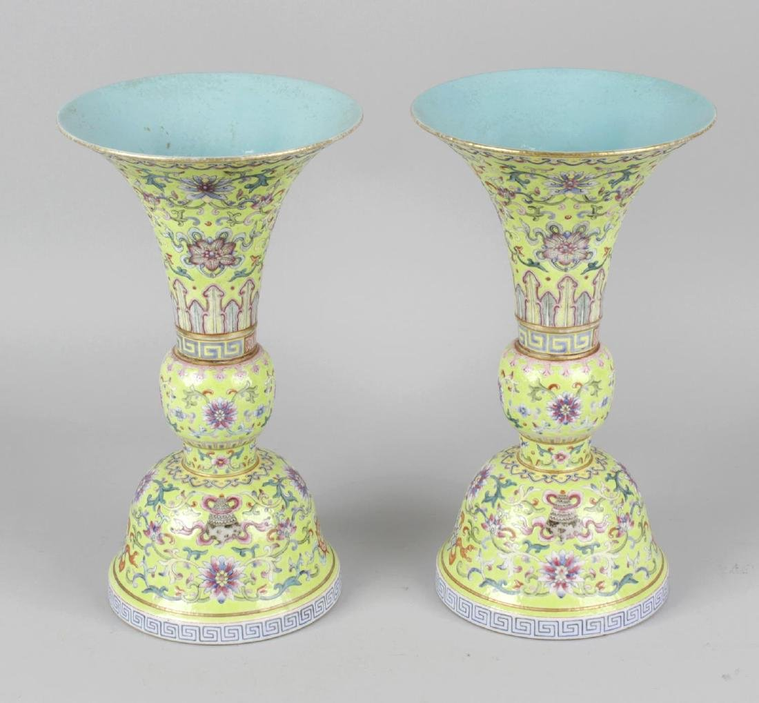 A pair of fine Chinese porcelain famille rose yellow