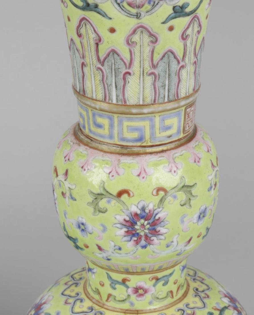 A pair of fine Chinese porcelain famille rose yellow - 3