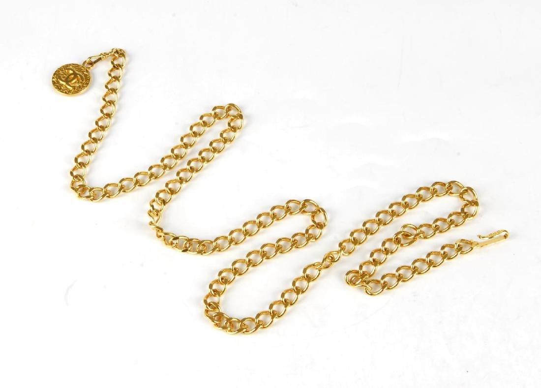 CHANEL - a chain belt. Featuring a gold-tone curb chain - 3