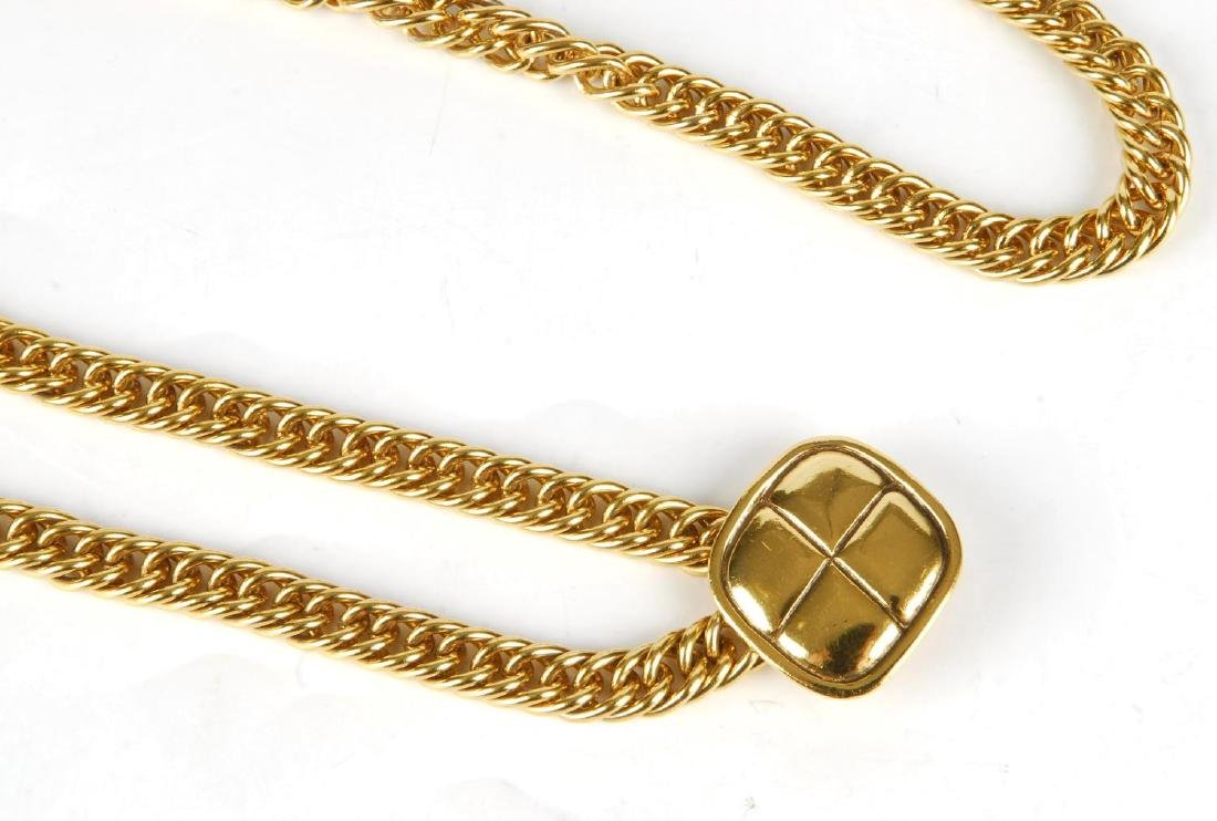 CHANEL - a chain belt. Featuring a gold-tone chain with - 3