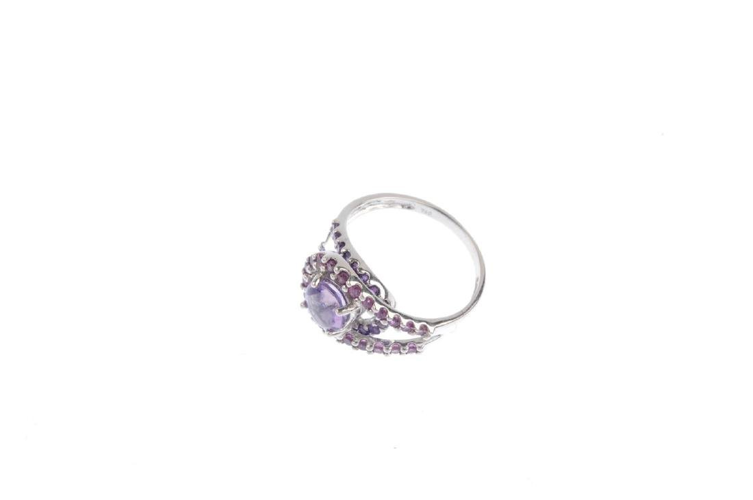 An amethyst dress ring. The fancy-cut circular-shape - 3