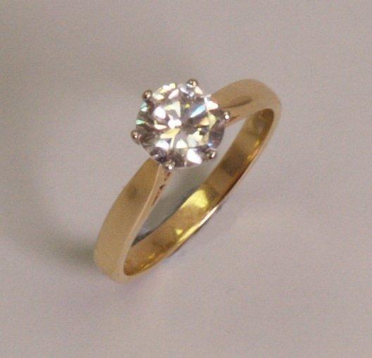 17: 18ct gold single stone round brilliant diamond set