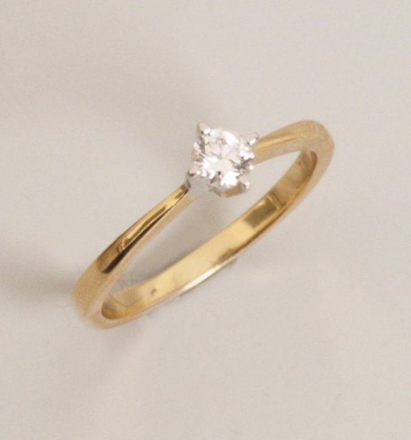 118: 18ct gold single stone diamond ring claw set a rou