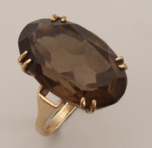 648:  An oval smokey quartz set ring. Dimensions of smo