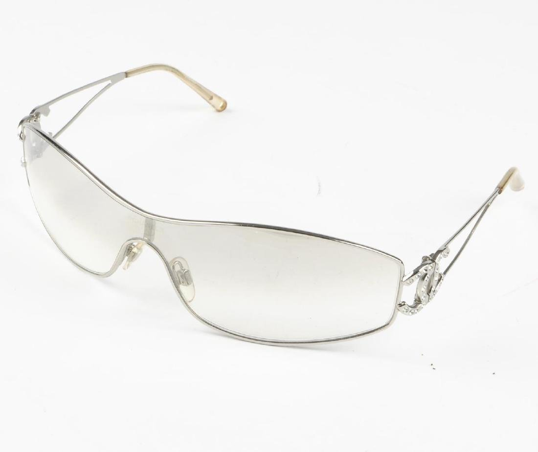 CHANEL - a pair of sunglasses. Featuring a slim line - 5
