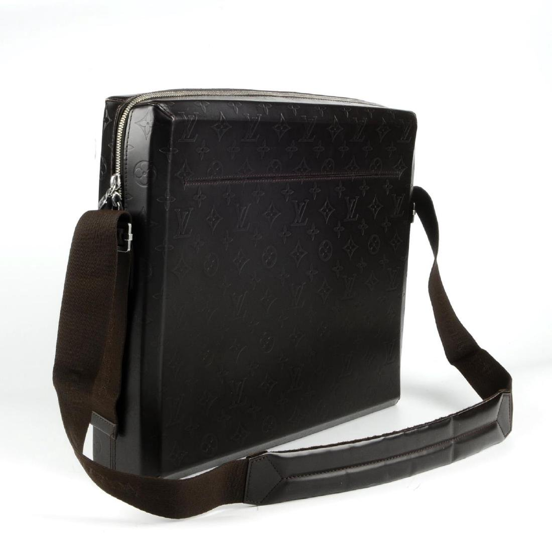 LOUIS VUITTON - a Monogram Steve Cafe messenger bag. - 4