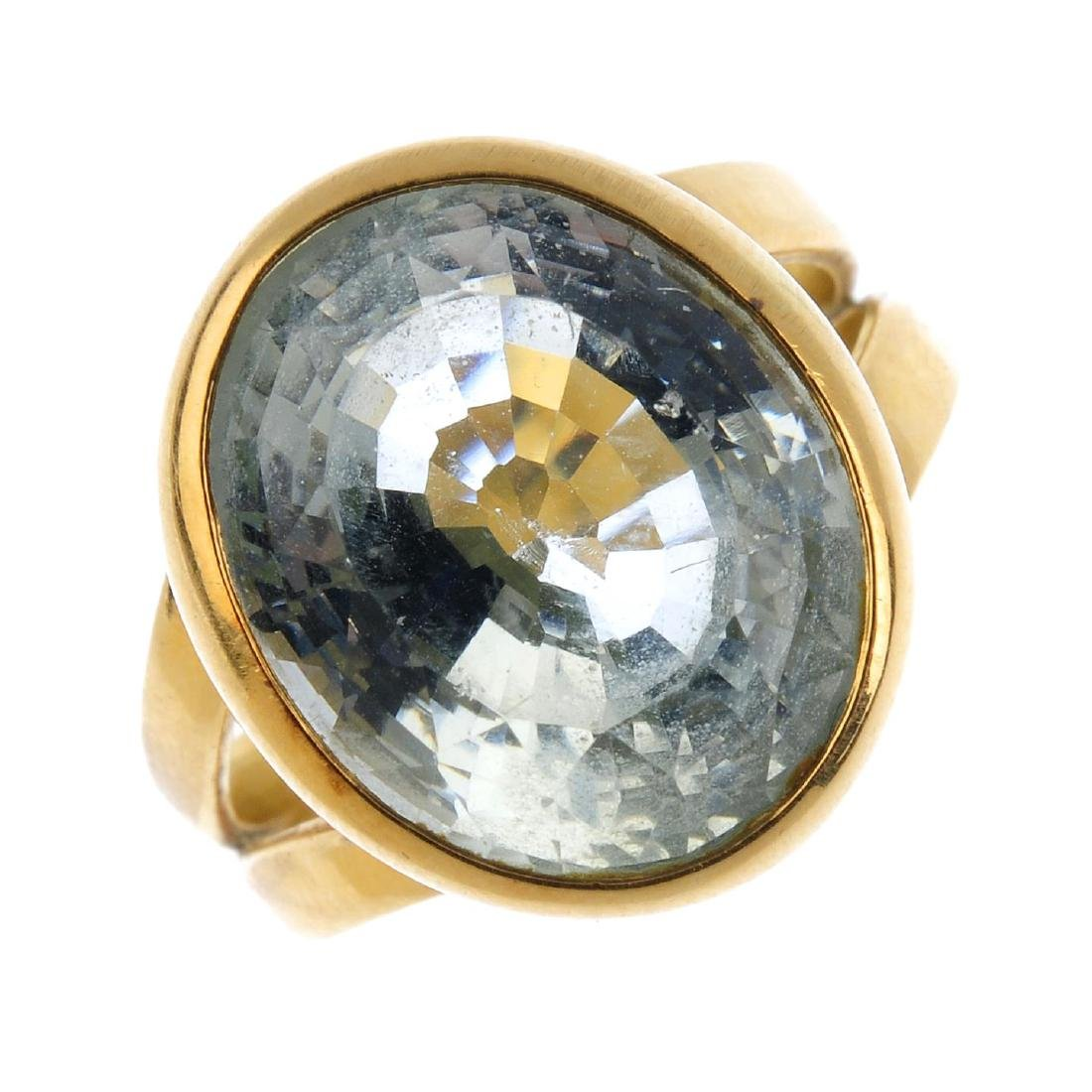 An 18ct gold aquamarine ring. The oval-shape