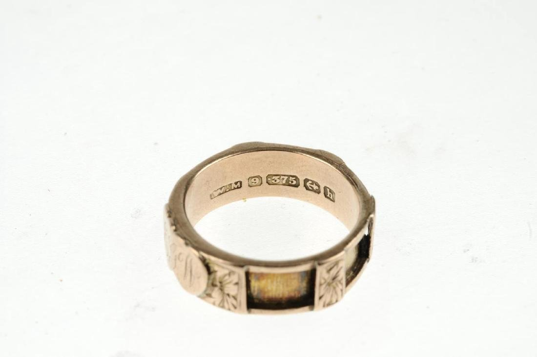 An Edwardian 9ct gold memorial ring. With two applied - 2