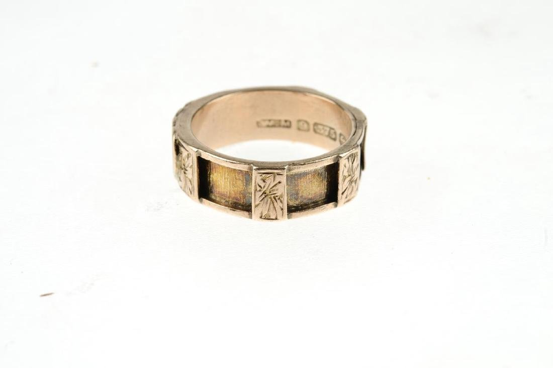 An Edwardian 9ct gold memorial ring. With two applied - 4