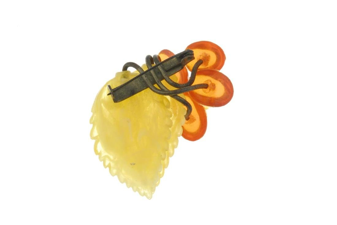 A selection of mainly amber jewellery. To include three - 7