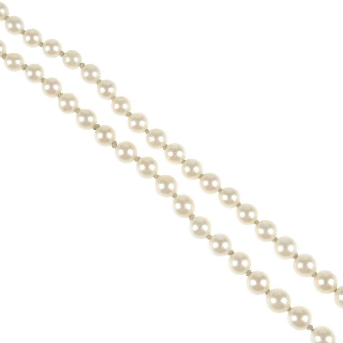 A cultured pearl necklace. Comprising a single