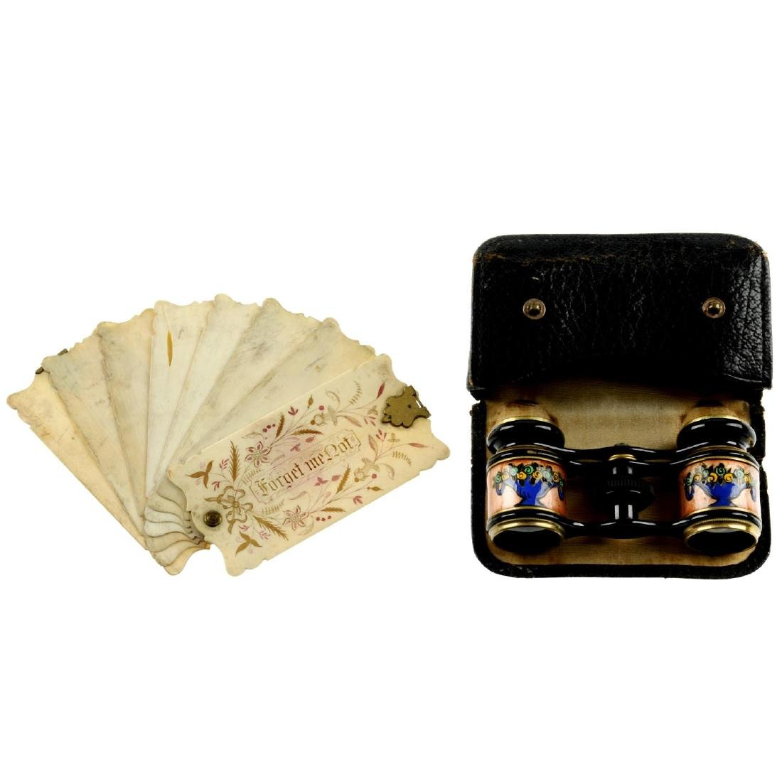 A selection of mainly early 20th century accessories.