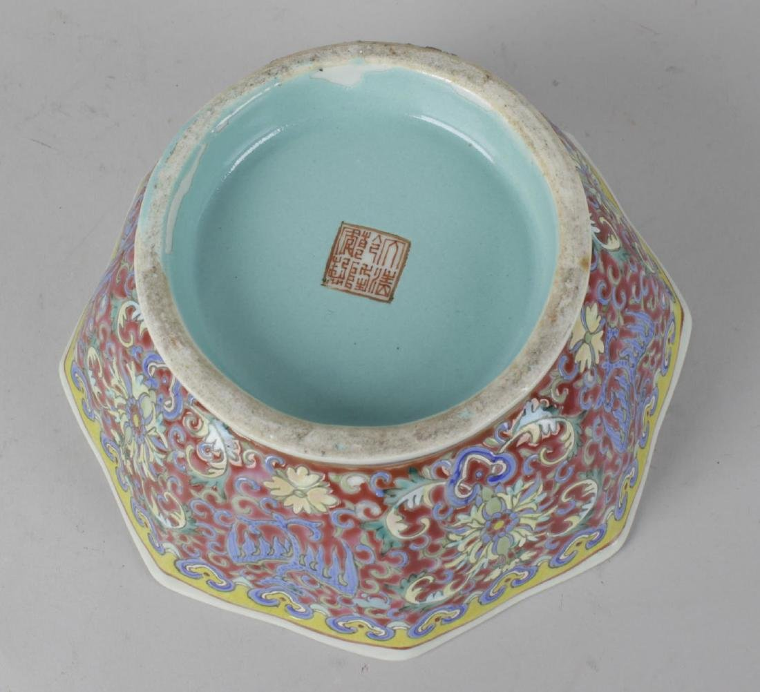 A Chinese porcelain octagonal bowl. With celadon-glazed - 2
