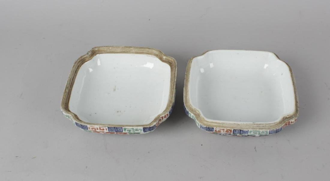A good Chinese porcelain wucai quatrefoil box and - 2