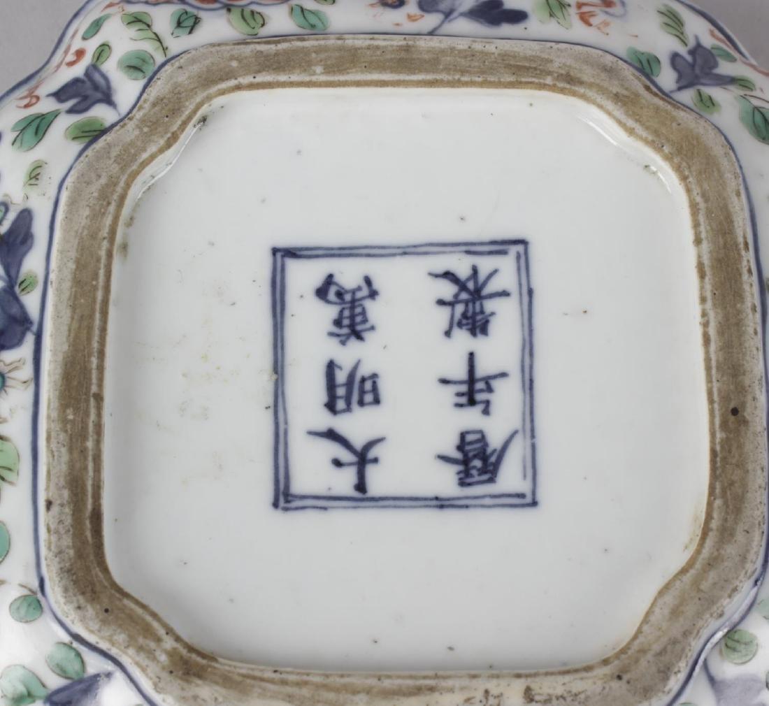 A good Chinese porcelain wucai quatrefoil box and - 3