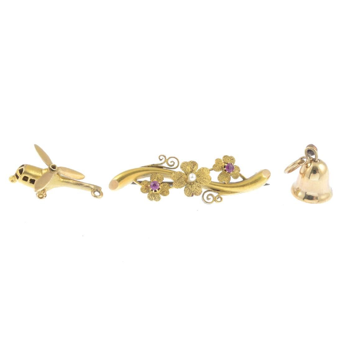 Four items of gold jewellery. To include an early 20th