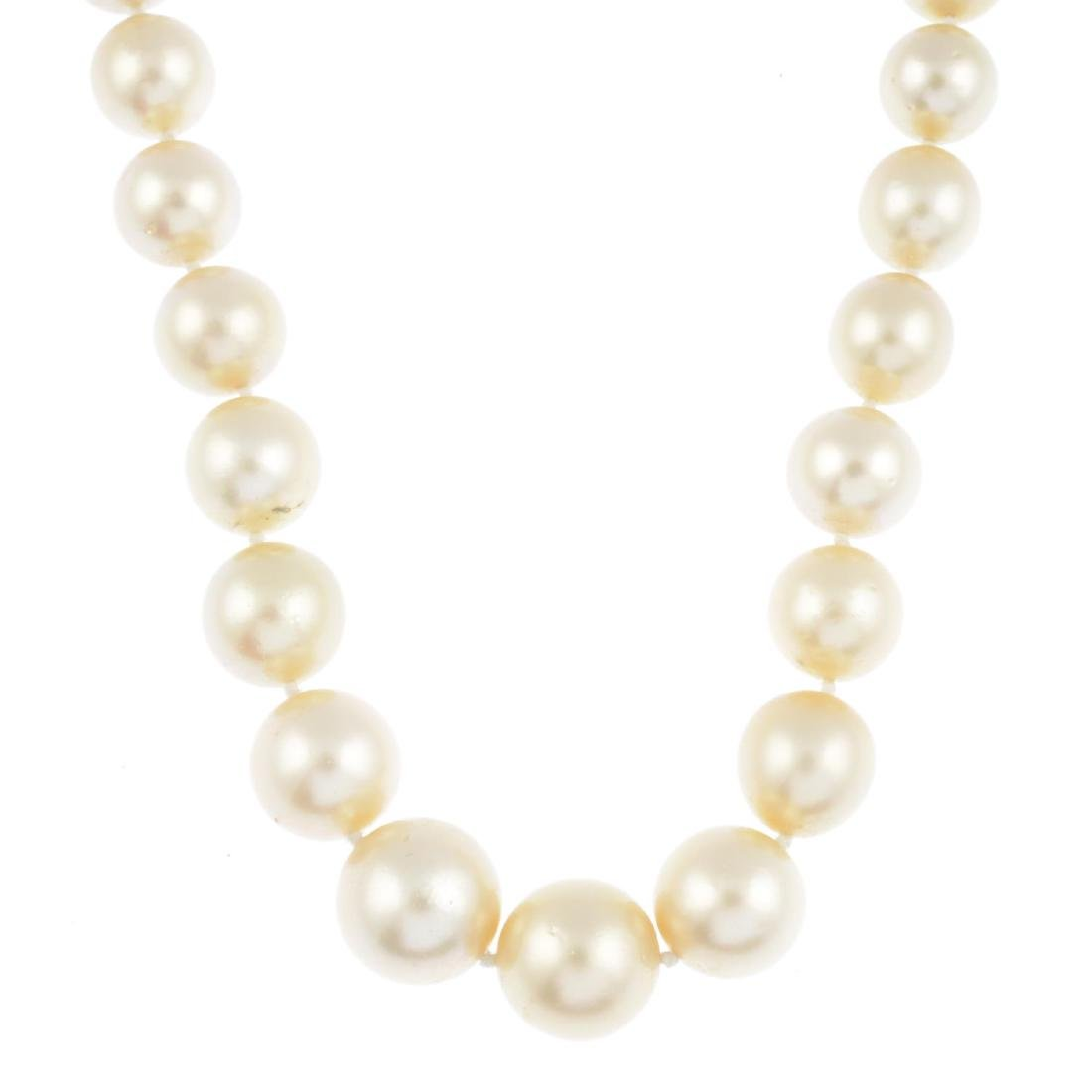 (206296) A cultured pearl single-strand necklace.