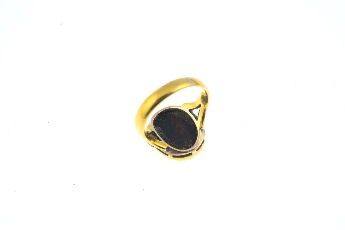 An early 20th century 22ct gold bloodstone signet ring. - 3