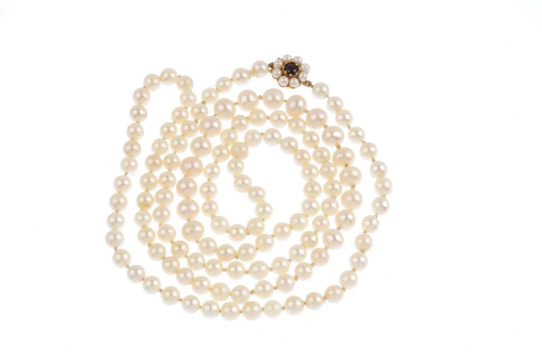A cultured pearl single-strand necklace. Comprising a - 2