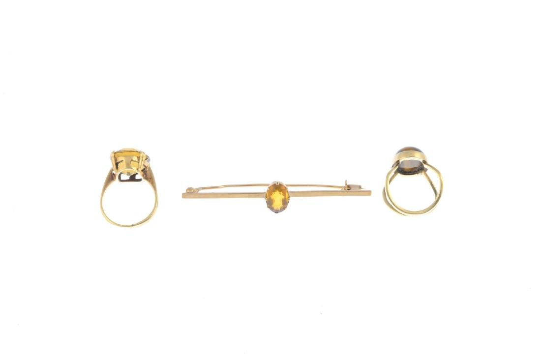 Two gem-set single-stone rings and a citrine bar - 2