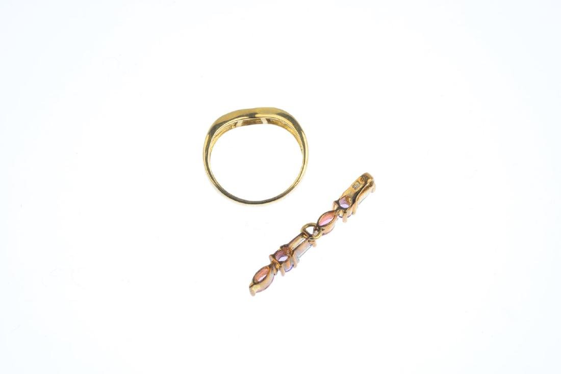 Two items of 9ct gold jewellery. To include a - 3