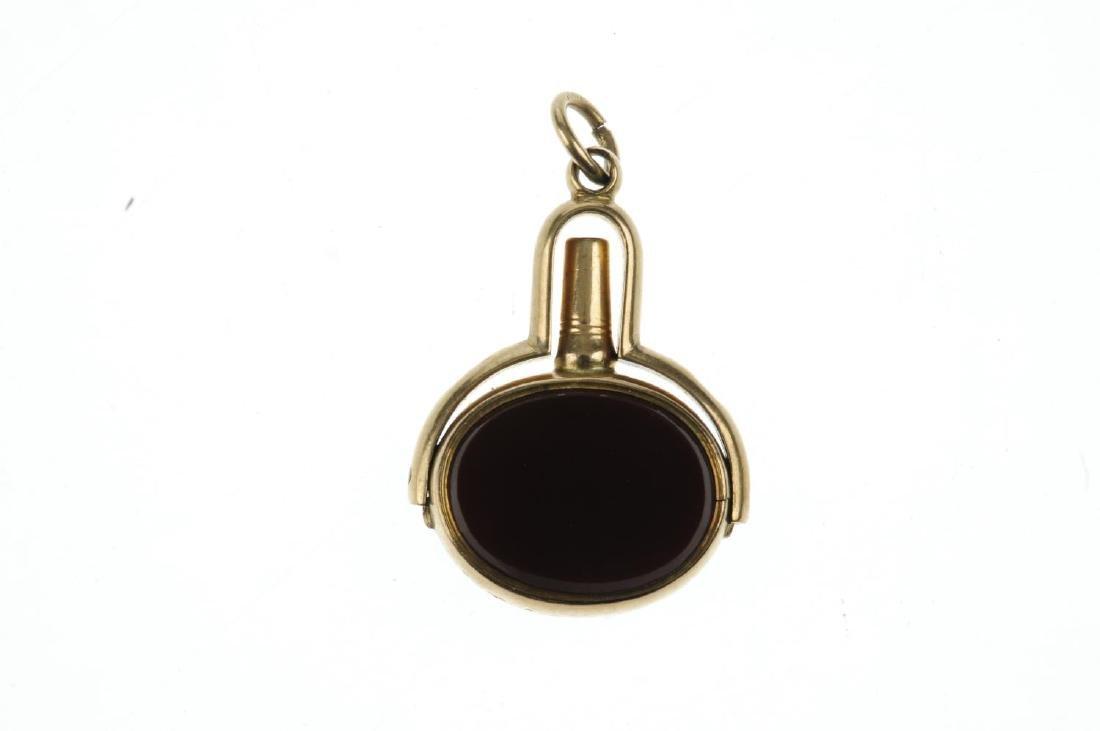 A late Victorian gold swivel watch key. The oval-shape - 2